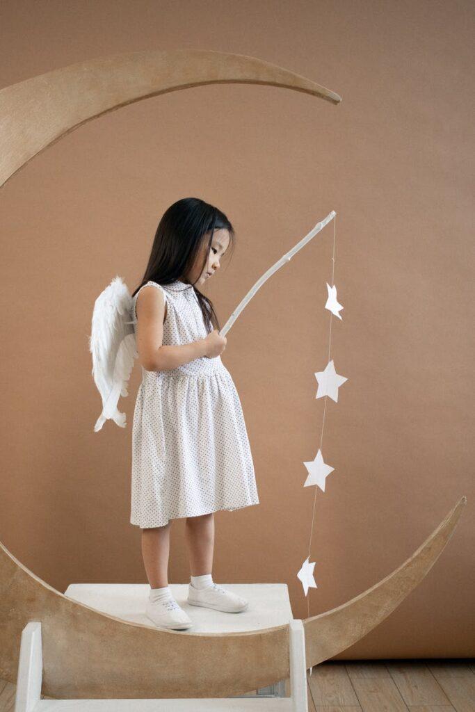 Lille pige klædt som engel